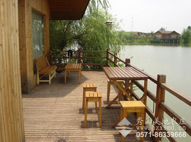 图1:秀山美地休闲农庄 小木屋阳台环境